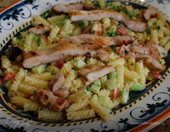 Теплый салат из макарон с курицей, сельдереем и огурцом. Ингредиенты: макароны, лимоны, яичные желтки | Кулинарный сайт Юлии Высоцкой: рецепты с фото