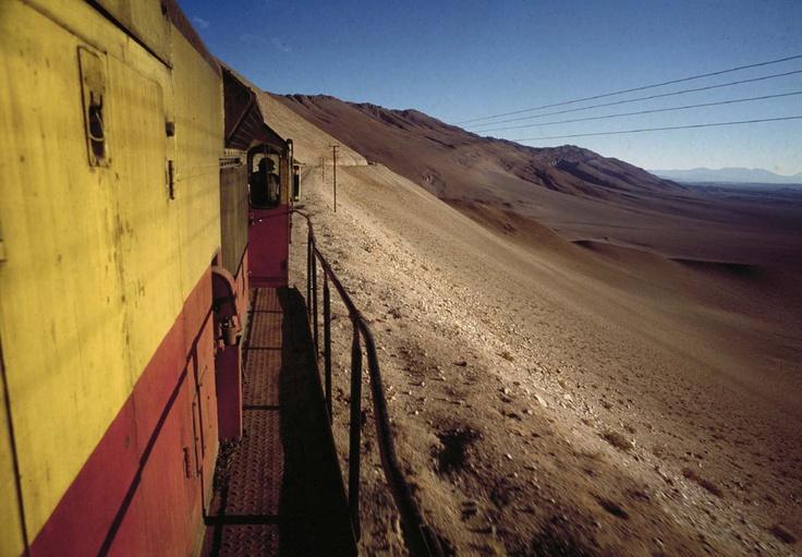 """Jestem wielbicielką pociągów. Stukot kół o tory, miarowe, lekko usypiające kołysanie, dużo czasu na skupienie się na książce czy pisaniu, a przede wszystkim przestrzeń, której brakuje w autobusie czy tym bardziej samochodzie. Możecie się domyśleć, że seria wydawnictwa Czarne """"Orient Express"""" to coś idealnie dla mnie. """"Stary ekspres patagoński. Pociągiem …"""