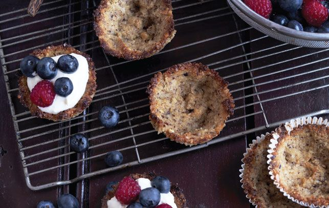 De små nøddetærter er vanedannende. I stedet for bærskum kan kagerne fyldes med is på en sommerdag.