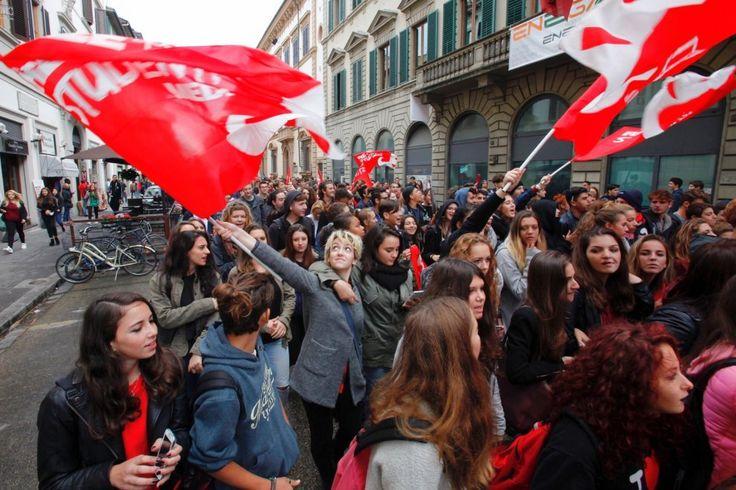 """Firenze, studenti in piazza: """"Ascoltate le voci di una generazione precaria"""""""