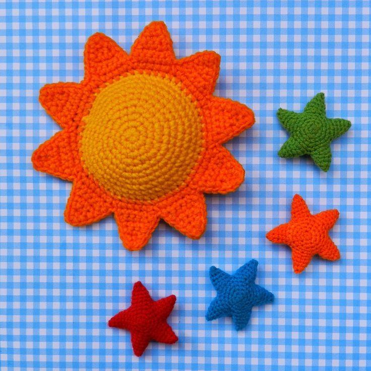 Sol y Estrellas Amigurumi - Patrón Gratis en Español - Patrón Sol aquí: http://daxarabalea.blogspot.com.ar/2015/02/estrellas-sol-premios-y-algo-mas.html Patrón Estrella aquí: http://www.tejiendoperu.com/navidad/estrellas-a-crochet/