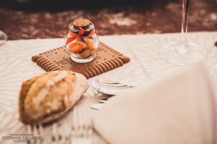 Cadeau invités : sous-verre en silicone représentant un petit beurre. Dragées : berlingot dans les tons marron et orange