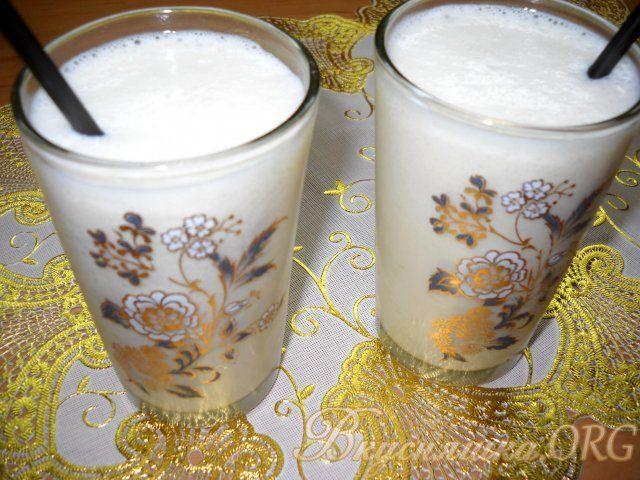 Бананово-молочный коктейль с мороженым