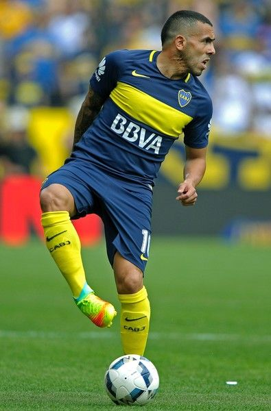 Boca Juniors' forward Carlos Tevez controls the ball during their Argentina First Division football match against Sarmiento, at La Bombonera stadium, in Buenos Aires, on October 16, 2016. / AFP / ALEJANDRO PAGNI