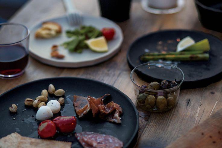 """すぐ外にある""""特別""""な時間。KINTOが手がけるALFRESCO (アルフレスコ)は、身近な外での食事をカジュアルに愉しむためのテーブルウェアです。 あなたは ALFRESCO を愉しみにどこへ行きますか?  ALFRESCO is a tableware collection developed by KINTO, which makes dining in the open air a casual, yet special experience. Where would you go with ALFRESCO?"""