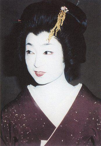 """Iwasaki Mineko – słynna gejsza. Autorka autobiograficznej powieści """"Gejsza z Gion"""" z 2002 roku (Gion to dzielnica Kioto, gdzie mieszkały gejsze)."""