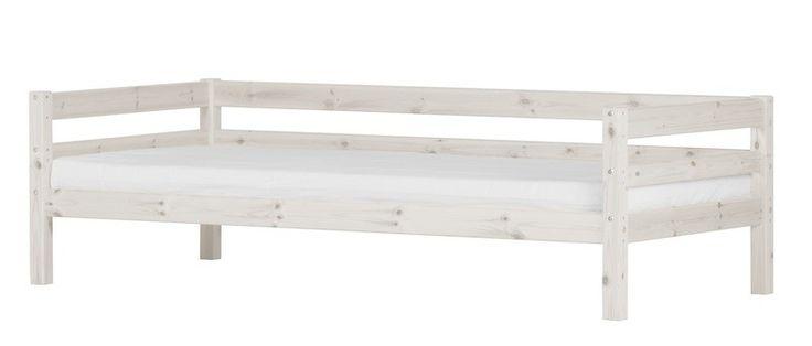 FLEXA Basic Hit enkeltseng - Smart og stilren enkeltseng i hvidvasket massivt fyrretræ som giver møblet et flot finish. Sengen vil se godt ud i det moderne børneværelse og kan kombineres med mange andre stilarter og farver på grund af dens enkle og tidsløse design. Sengen er desuden super praktisk, eftersom den ikke kun ser godt ud men ligeledes tilbyder opbevaringsplads til ting og sager under sengen. Der kan tilkøbes tilkøbes sengeskuffer så pladsen under sengen udnyttes optimal og ...