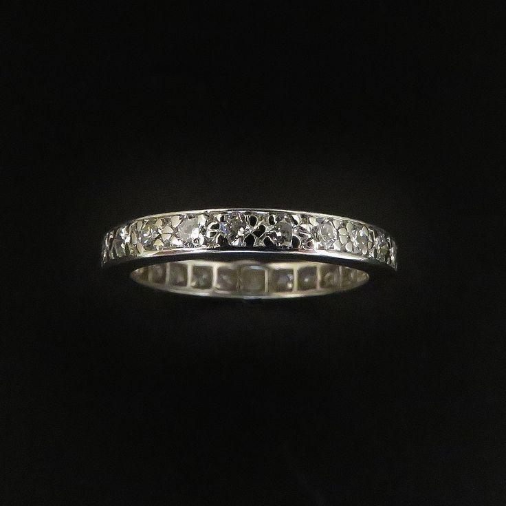 à vendre : 980€Alliance en platine avec 0.70 Cts de Diamants Brillants G-VS. Taille 52Sertie de 24 diamants brillant de0.03 carat chaque en serti grainspoids total des diamants :0.70 Cts environ  qualité G-VSpoids brut : 2.80 grstaille de doigt : 52Vendu avec Facturemise à taille impossible