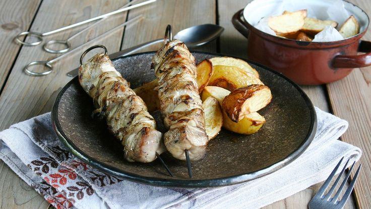 Tradiční recept z Kavkazu má sice dlouhou historii, ale málokdo ho u nás zná. Voňavý kuřecí šašlik přitom spojuje spoustu výhod, které v kuchyni oceníte: jednoduchost, rychlost a posezení u otevřeného ohně. A když k pečínce přidáte křupavé brambory, objevíte novou delikatesu.