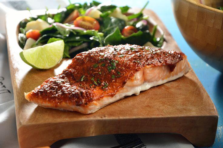 La receta de salmón cajún al horno será una de tus recetas consentidas por su sabor especiado y picosito. Puedes acompañar con la ensalada de espinacas que viene en esta sabrosa receta. ¡Te va a encantar!