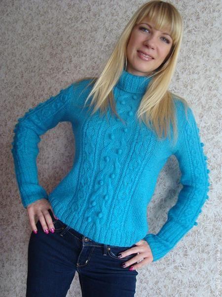 Голубой свитер вязаный