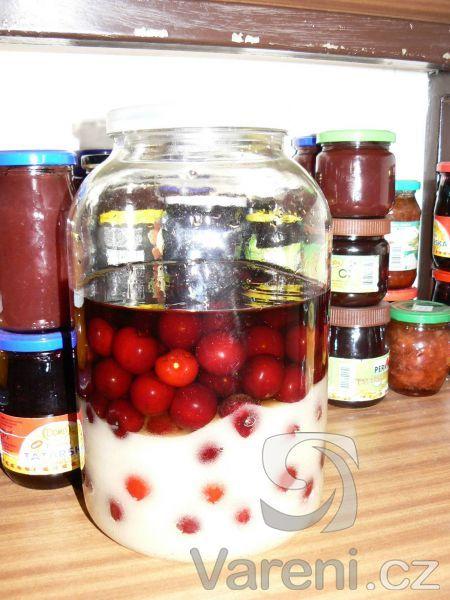 Jemný a sladký likér višňové chuti a vůně.