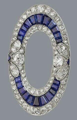 Spilla in oro bianco, zaffiri e diamanti.