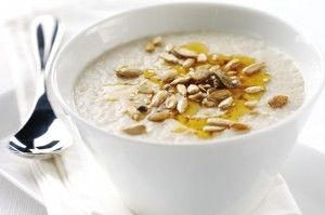 �tsp honey: 10 calories25g porridge oats: 89 caloriesWater: n/aPinch of cinnamon: n/a Total calories = 99 caloriesPorridge is a great way to start the day. As a slow-energy releasing carb, the oats in this recipe will keep you full. Mixed with water rather than milk to keep the calories down, sweeten with a pinch of cinnamon. You could top your porridge with nuts too but just remember the calorie count!