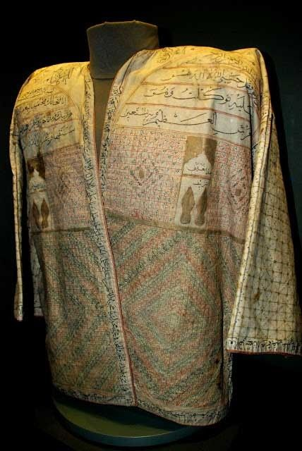Ottoman 'Tılsımlı Gömlek / Talismaic shirt' with long sleeves. Decorated with various suras and verses from the Koran. (Topkapi Palace Museum / Imperial Wardrobe Collection).