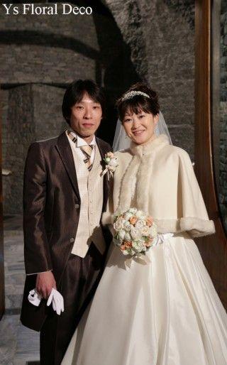 4月に軽井沢の石の教会にて挙式の新婦さんより、当日のお写真をいただきましたので、ご紹介いたします。お式を終えたところかな?ゲストの方々に激写されるおふたり...