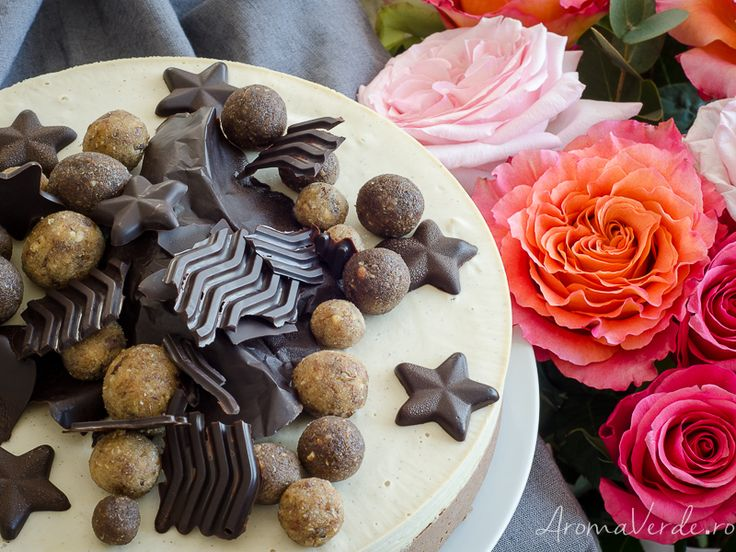 Am mai adunat un an și am sărbătorit cu un tort raw vegan cu vanilie și ciocolată. Facebook, te rog să uiți data mea de naștere, căci nu mai este publică.