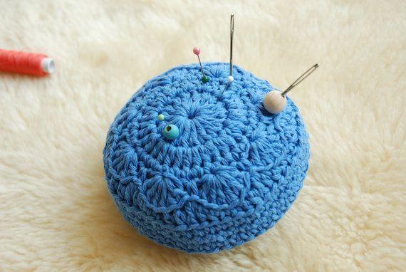 Groot gehaakt speldenkussen van blauw katoen met bloemmotief