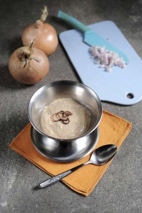 Här är hela hemligheten att steka löken på rätt sätt. Börja på hög värme så löken blir lite brynt (utan att bli som stekt lök), sänk sen värmen och stek löken mjuk. Servera såsen till pannbiff,...