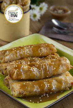 (Dulces y Postres de Asia): Para éste fin de semana un dulce muy sencillo y delicioso de Asia, Roll de plátano acompañado de una rica salsa de caramelo estilo tailandés. #DulcesyPostres #Plátano #Rollitos #CocinoThai