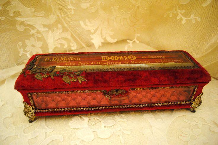 Antique Italian red velvet and glass box boudoir style 1906 di villavillacolle su Etsy