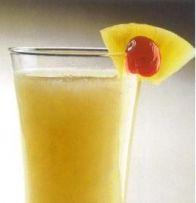 PINA COLADA Coloque os cubos de gelo e o sumo de ananás no shaker. Junte o rum e a batida de coco. Agite durante 15 segundos e deite para um copo gelado, através dum passador. Decore com a rodela de ananás