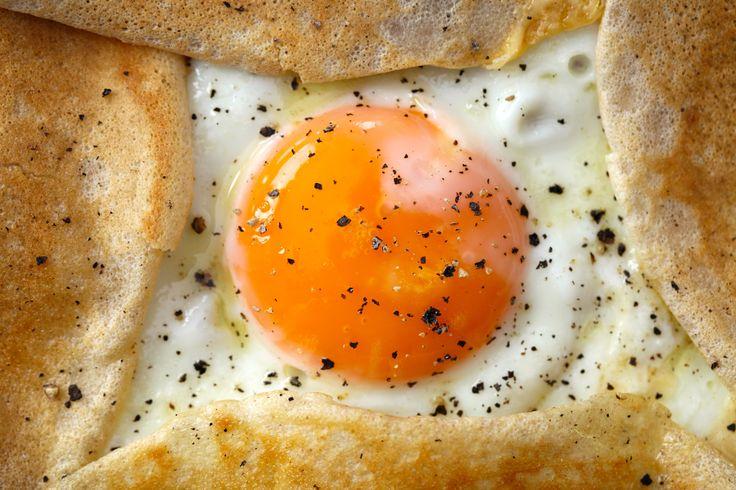 FOOD IMAGES for ekuchareczka.pl/ Sadzone jajko w cieście naleśnikowym/Fried egg in pancake batter