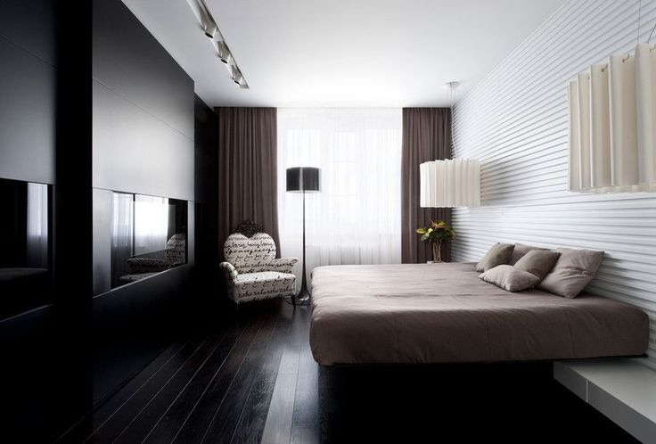 Спальня в стиле модерн с плотными темными шторами в пол