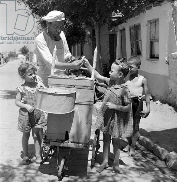 Buying ice cream, Salonika, 1946 (b/w photo)