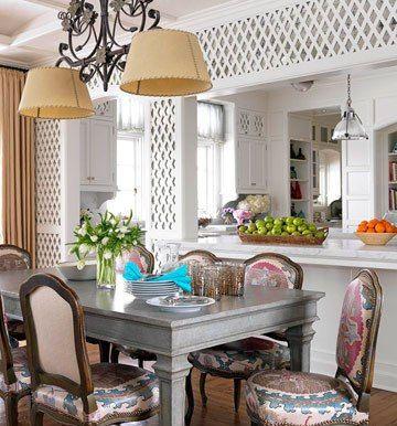 Bàn ăn để trong phòng bếp, bạn nấu xong có thể bày biện mòn ăn một cách nhanh chóng mà cũng tiện cho công việc thu dọn của bạn...
