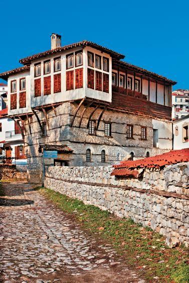 Στις παραδοσιακές γειτονιές Ντολτσό και Απόζαρι συναντάμε τα περισσότερα από τα περίφημα καστοριανά αρχοντικά.  ΓΙΩΡΓΟΣ ΠΑΤΡΟΥΔΑΚΗΣ