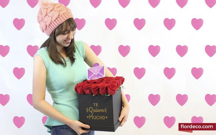 """Diseño en base exclusiva de Flordeco Florerias color negro con 25 Rosas Rojas con frase """"Te quiero mucho"""". Altura aprox. de 25cm"""