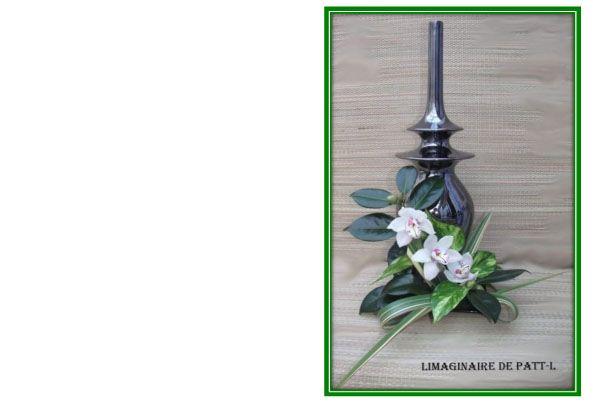 J'ai fait cette carte avec un bouquet de ma composition. Devant un vase noir,des orchidées,du phormium, et des feuilles de camélia.Cliquer droit pour télécharger en voyer dans vos images et imprimer sur des feuilles cartonner .