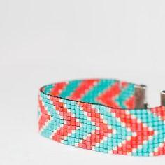Bracelet manchette en perles tissées - motif chevrons corail et turquoise