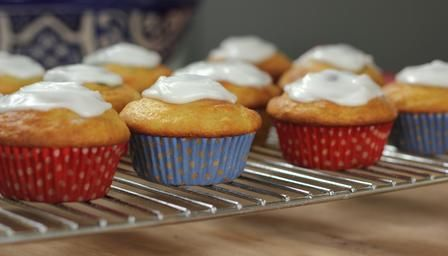 Skinny lemon cupcakes with drizzly icing - Enjoy