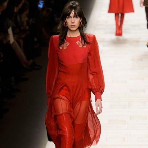 Se depender das semanas de moda internacionais o tom que vai predominar no inverno 2017 é o vermelho. A cor surgiu nas passarelas em vestidos casacos botas cintos bolsas... As fashion weeks ao redor do planeta nos apresentaram peças que vão do trabalho ao red carpet da balada ao escritório. Vai aí uma dose de inspiração? Só clicar no link da bio! (por @oifefo)  via GLAMOUR BRASIL MAGAZINE OFFICIAL INSTAGRAM - Celebrity  Fashion  Haute Couture  Advertising  Culture  Beauty  Editorial…