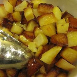 Gebakken aardappelen | Recept van: Anizou | Dit is een eenvoudig recept, maar met een prachtig resultaat. Blokjes nieuwe aardappelen worden gebakken in olie en boter tot ze krokant en goudbruin zijn. Serveer als bijgerecht met alles wat je maar wilt.  #Makkelijk