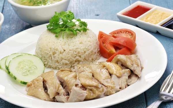 「鶏肉とお米」という組み合わせだと「親子丼」やケチャップで味付けをした「チキンライス」といったレシピが思いうかぶと思いますが、もう一つ忘れてはいけないのが東南アジア周辺の定番料理ともいえる「海南鶏飯」です。 最近では炊飯器一つで完成させるレシピも多く見られますが、別の鍋でとれたスープでご飯を炊く味わいの深さに勝るものはないと思います。 使用する鶏肉も、もも肉ではなく胸肉を用意。固さやパサつきが気になる胸肉ですが、茹で方のコツを覚えれば大丈夫です。 (c) uckyo DeFazio - Fotolia.com ■シンガポール風チキンライスのレシピ <材料> 鶏胸肉 2枚 長ネギ(みどり色の部分) 2本 生姜(うすくスライスしたもの) 5-7枚 酒 大さじ1 塩 適量 こしょう 適量 しょう油 小さじ1.5 お米 3合 煎りごま 大さじ1 きゅうり 1本(千切り) 特製ソース ・しょう油 大さじ1 ・みりん 大さじ1 ・ポン酢 大さじ1 ・ごま油 大さじ1 (c) so51hk - Fotolia.com <作り方>…