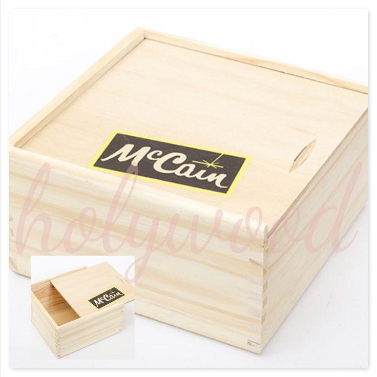 Caja en madera natural tapa coliza y logo. Para  McCain Regalos empresariales