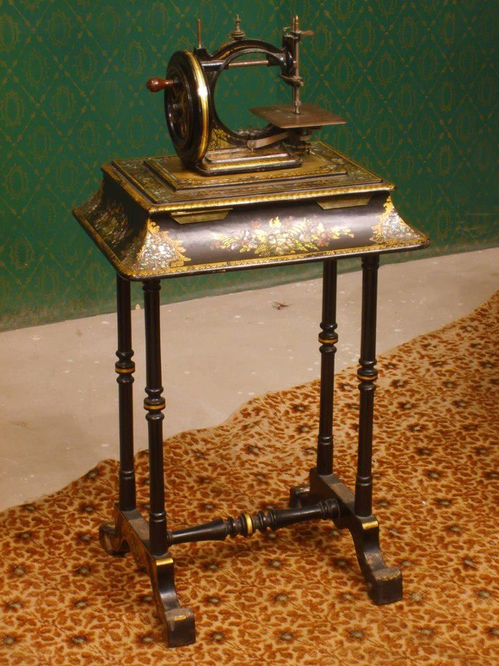 34e4c4aa7ad9b441f894b6087e5551e8.jpg (719×960) Lovely hand crank sewing machine with beautiful decals on the stand...would like to see a photo of the other side to see if I could identify it..