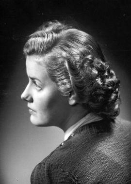 DigitaltMuseum - Kvinna i lagd frisyr.