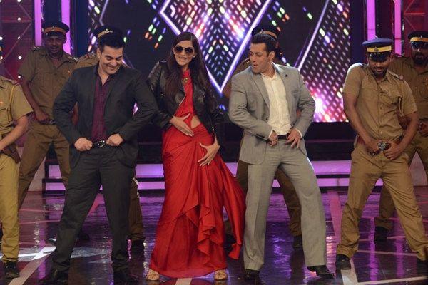 Bigg Boss 8: Sonam Kapoor, Arbaaz Khan joins Salman Khan. http://www.bangalorewishesh.com/entertainment-movies-films/401-bollywood/37161-bigg-boss-8-sonam-kapoor-arbaaz-khan-joins-salman-khan.html  Bigg Boss 8 Show: Bollywood actress Sonam Kapoor and filmmaker Arbaaz Khan shake a leg with host Salman Khan in Bigg Boss season 8 to promote their upcoming movie 'Dolly Ki Doli'.