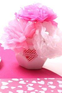 Fleurs en papier. Table rose romantique pour une soirée en amoureux - Mesa Bella Blog
