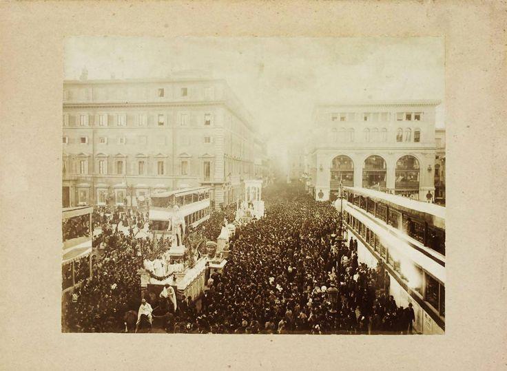 Via del Corso (1890) Durante il carnevale, sulla sinistra Piazza Colonna mentre a destra già demolito Palazzo Piombino. :)
