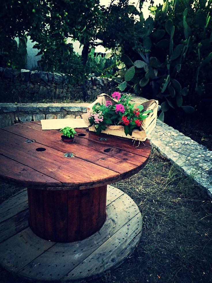 Tavolo in legno realizzato da una bobina per cavi.