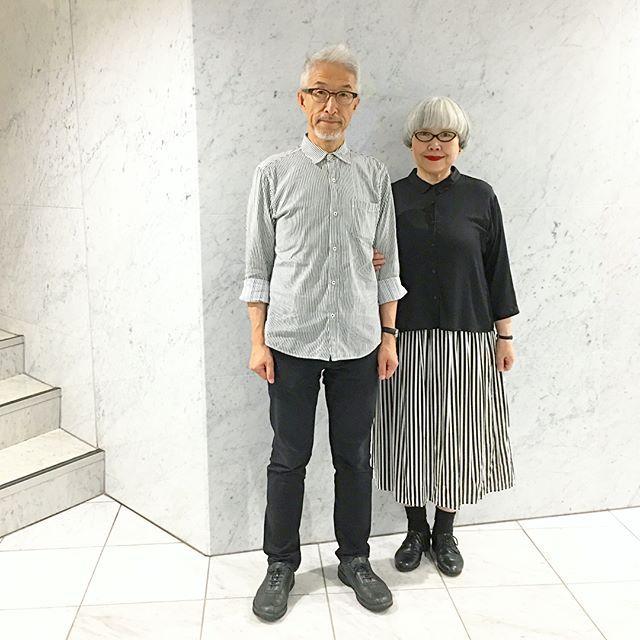 モノトーンコーデ⚫️⚪️ bonのシャツもストライプです bon ・シャツ(GLOBALWORK) ・パンツ(UNIQLO) pon ・ブラウス(UNIQLO) ・スカート(楽天) お洋服のことを尋ねられることが多いのですが、ほとんど数年前のものを着回しています😓 #モノトーンコーデ #夫婦 #60代 #ファッション #コーディネート #夫婦コーデ #今日のコーデ #グレイヘア #白髪 #共白髪 #couple #over60 #fashion #coordinate #outfit #ootd #instafashion #instaoutfit #instagramjapan #greyhair ・ 📕私達の本が出ます‼️ 「bonとpon ふたりの暮らし」(10/20発売) 楽天ブックス・Amazonで予約受付中です! どうぞよろしくお願いします😊😊 【楽天ブックス】 https://a.r10.to/hO4of7 【Amazon】 http://amzn.to/2wn7VQN