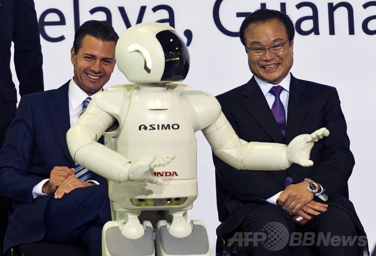 メキシコ・グアナフアト(Guanajuato)州の工業都市セラヤ(Celaya)で行われたホンダ(Honda)の新工場落成式で、ホンダの二足歩行ロボット「アシモ(Asimo)」を眺める伊東孝紳(Takanobu Ito)社長とメキシコのエンリケ・ぺニャニエト(Enrique Pena Nieto)大統領(左、2014年2月21日撮影)。(c)AFP/OMAR TORRES ▼11Mar2014AFP|日本の自動車メーカー誘致に沸くメキシコ・グアナフアト州 http://www.afpbb.com/articles/-/3010115 #Celaya #Honda #Enrique_Pena_Nieto #Takanobu_Ito #Asimo