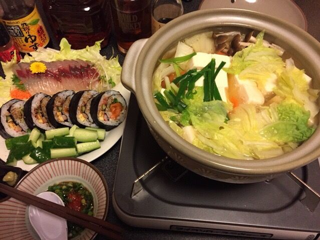 久しぶりに米食った❗️(⌒-⌒; ) - 100件のもぐもぐ - 湯豆腐、飛び魚のお刺身、サーモンサラダ巻き寿司、レタス、塩もみキュウリ❗️꒰*✪௰✪ૢ꒱✨ by scorpion