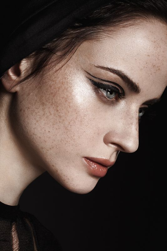 double black winged eyeliner...I think pixiwoo has a tutorial on how to do a similar look.