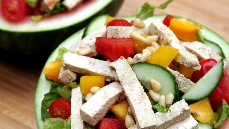 Бесспорно, лучшая еда летом, это конечно же салаты и если вам надоели ваши тарелки, по чему бы не использовать арбуз? Наполним его огурцами, сладким перцем, свежими помидорами черри и конечно же кусочками мякоти арбуза. Он вкусный, сочный, легкий и освежающий, при этом вы получите чуть больше 300 калорий.